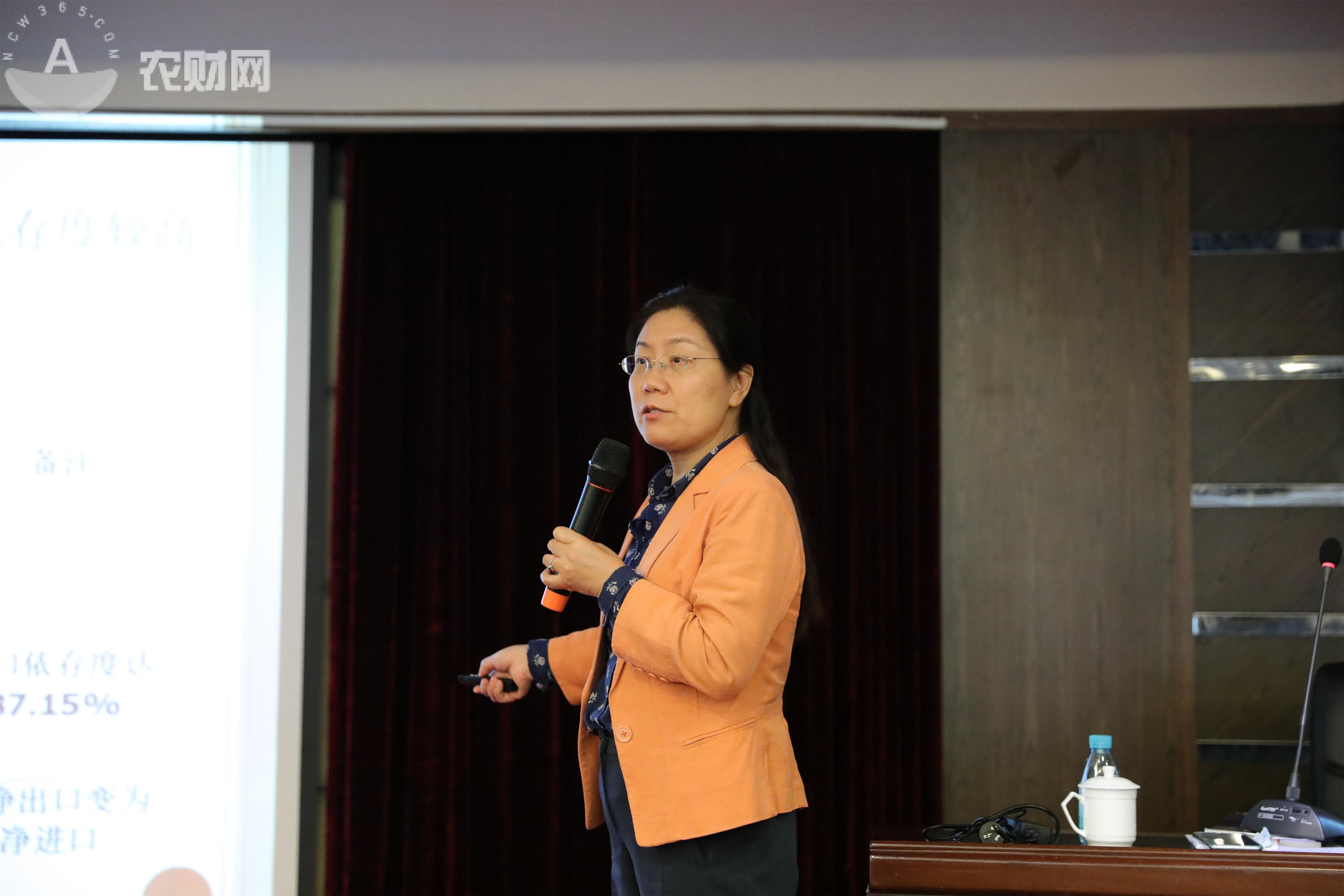何元贵教授讲授当前的农产品外贸形势2(1).jpg